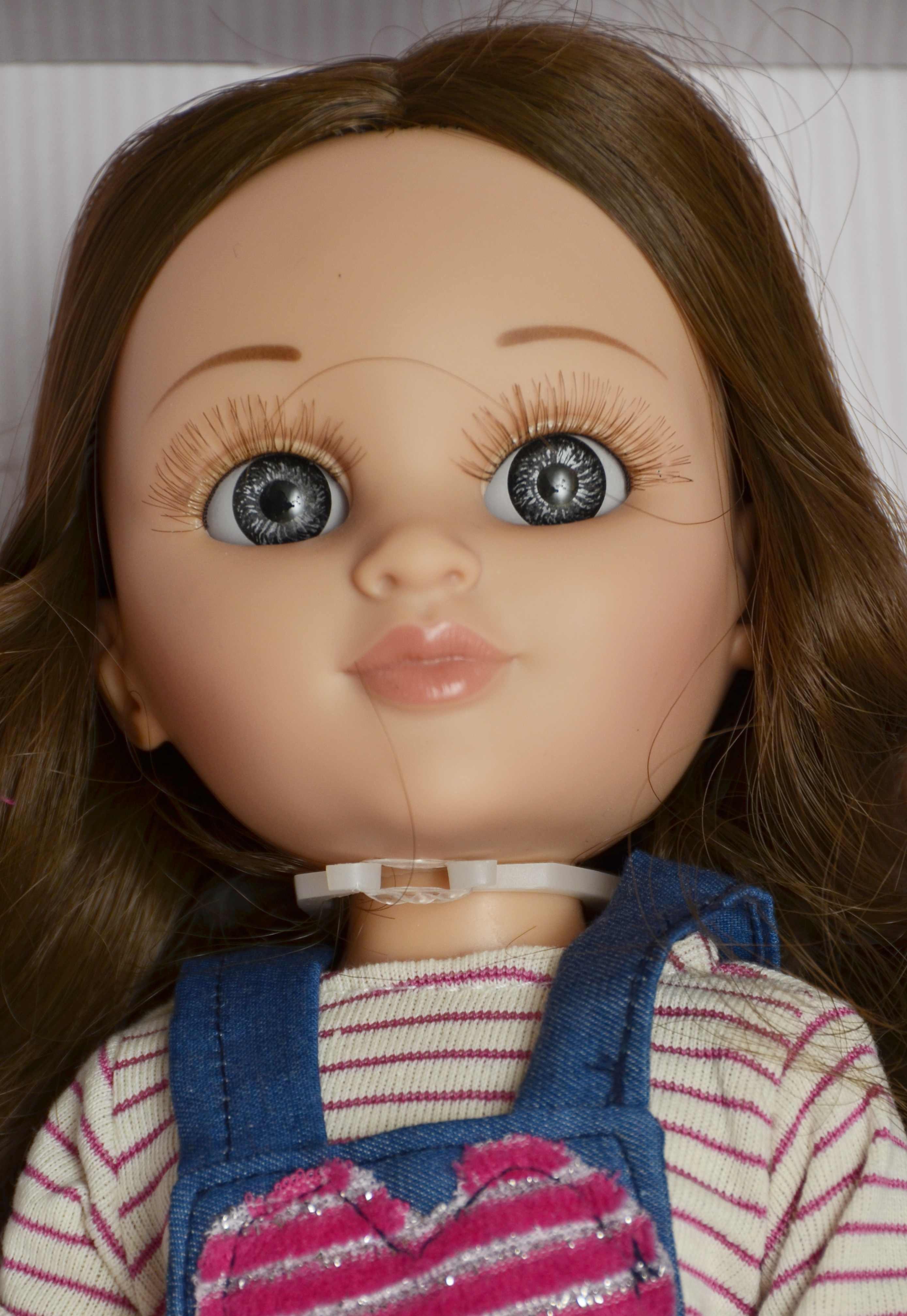 Fotografie Realistická panenka Sofy v riflích s laclem od firmy Berjuan