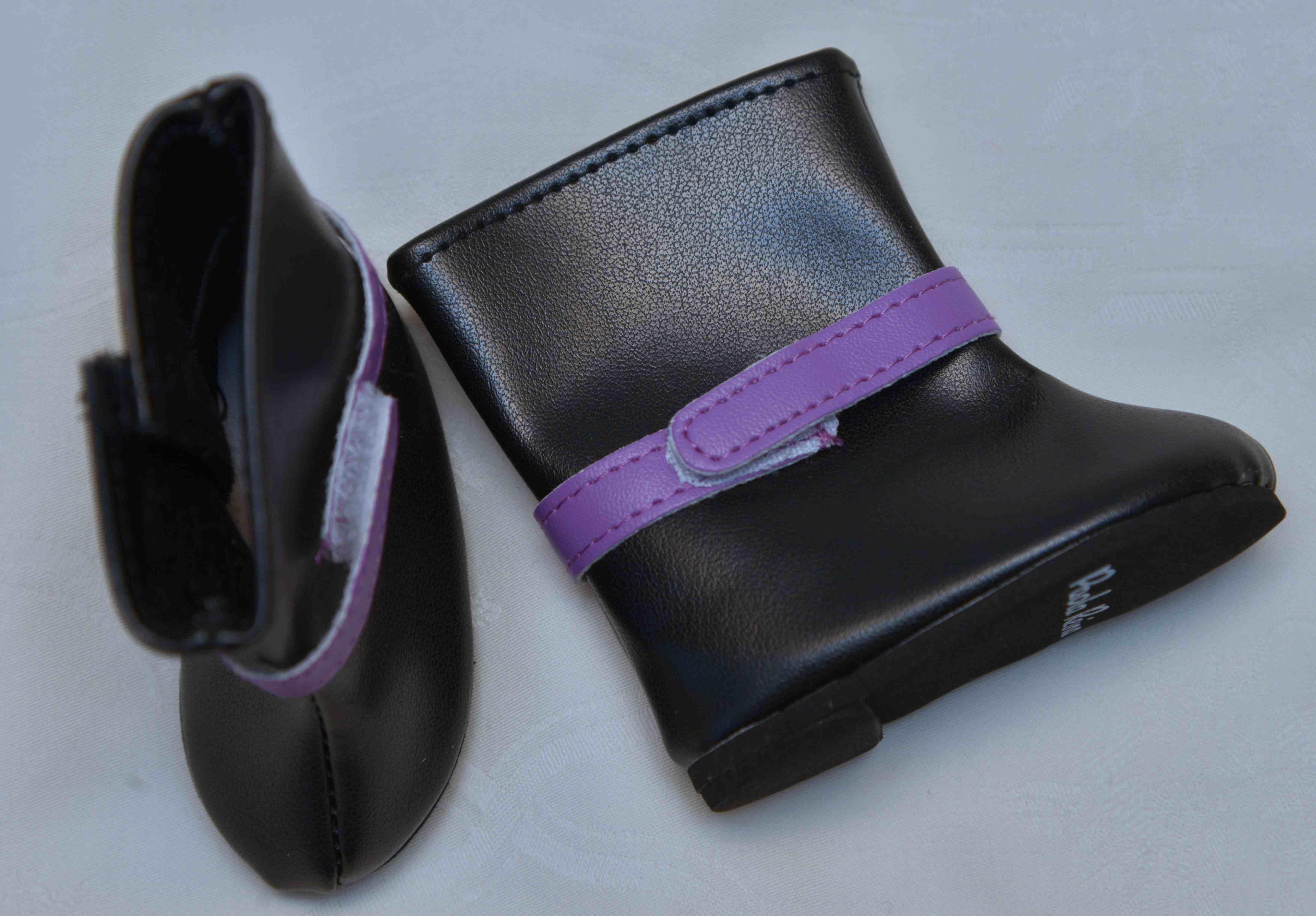 Černé kozačky s fialovou přezkou
