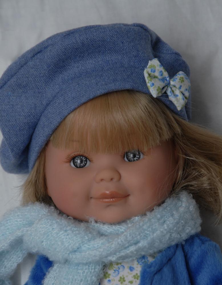 Betty v modrém kabátku od firmy Lamagik ze Španělska (Doprava od 35 Kč)
