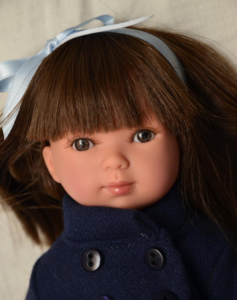 Realistická panenka Carlota v tmavě modrém kabátku od firmy Vestida de Azul (Doprava zdarma)