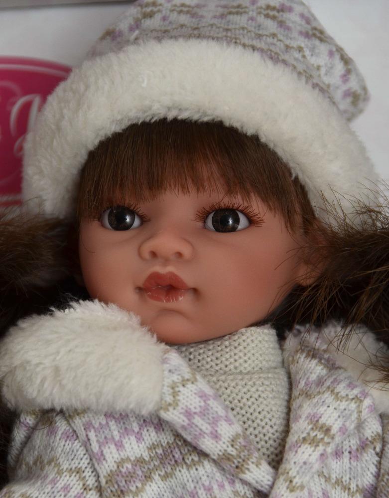 Realistická panenka - Emily v zimním oblečení - tmavé vlásky