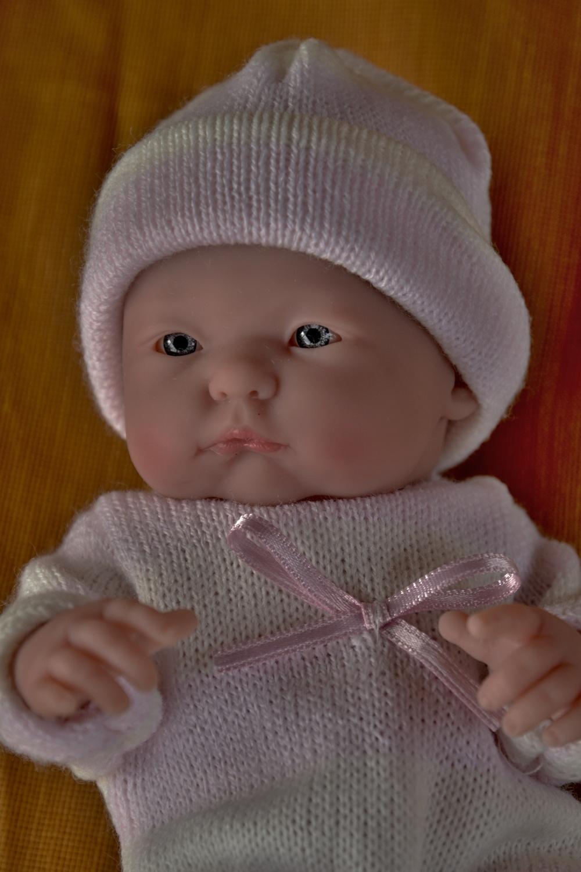 Realistické mini miminko - holčička Malenka, která něco sleduje (Doprava od 35 Kč)